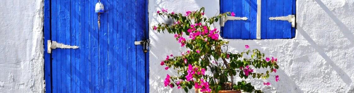 bodrum-mavi-kapi-beyaz-ev